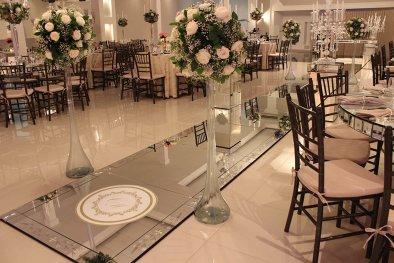 Entrada dos noivos no salão de casamento