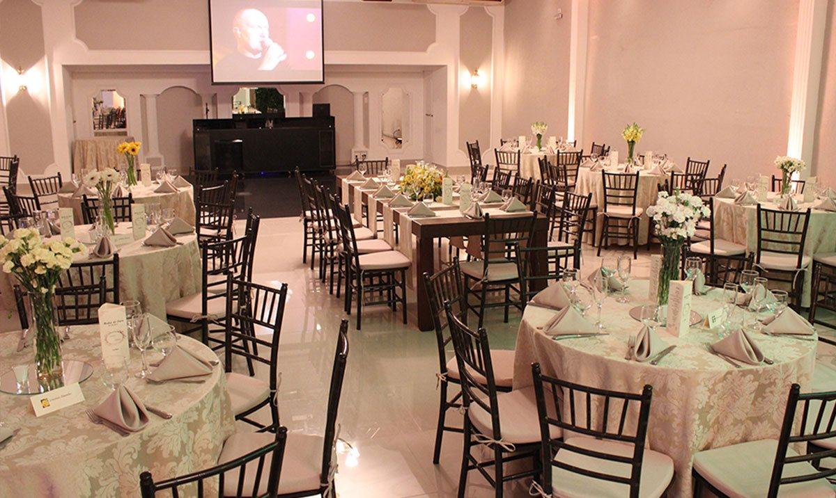 Salão de casamento com telão para projeção